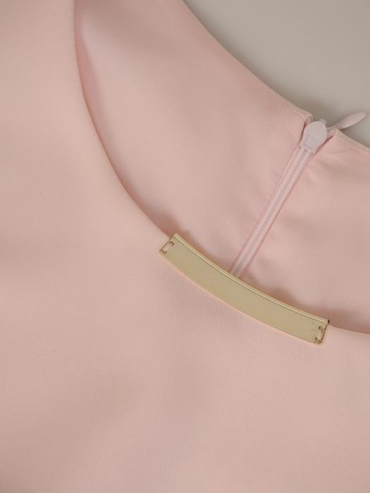 Sukienka damska Adomina V, pudrowa kreacja z modną aplikacją.