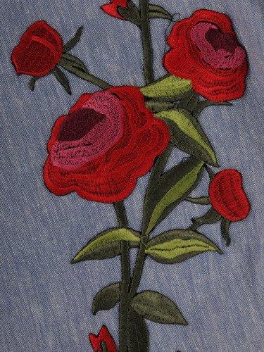 Atrakcyjna sukienka z dużym, kwiatowym haftem 15782.