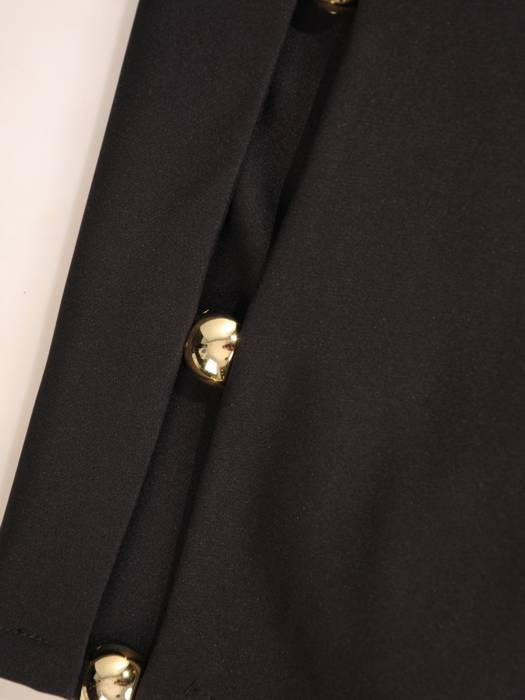 Czarna sukienka z ozdobnie wyciętymi rękawami 27691