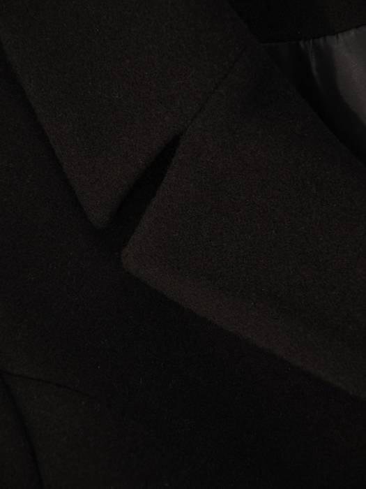 Czarny, elegancki płaszczyk z optycznie wyszczuplającą linią cięcia 28965