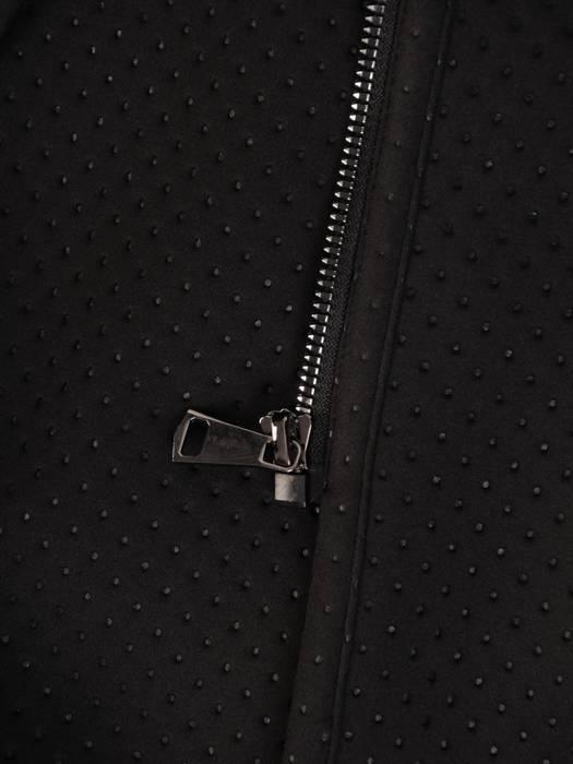 Czarny płaszcz damski z kapturem i ozdobnymi kieszeniami 28494