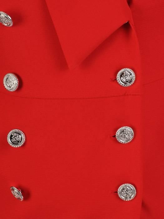 Czerwona kreacja wyjściowa z ozdobnymi guzikami 27740