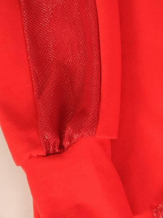 Czerwona sukienka z kapturem i połyskującymi dodatkami 28627