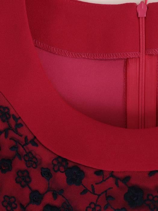 Dzianinowa sukienka z modną baskinką, jesienna kreacja wykończona koronką 27488