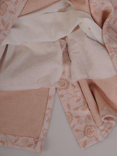 Dzianinowa sukienka z modnym wycięciem na plecach 16442.
