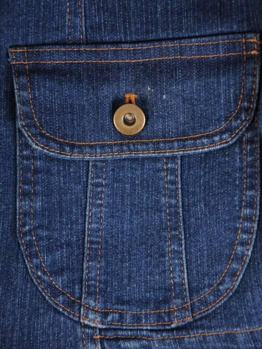 Dżinsowy żakiet z ozdobnymi kieszeniami 29123