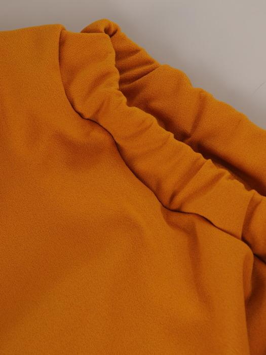 Elegancka sukienka z dekoltem carmen, musztardowa kreacja odsłaniająca ramiona 22433