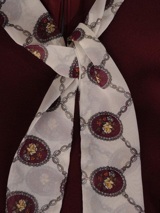 Elegancka sukienka z kontrastowymi rękawami i ozdobnym krawatem 18783