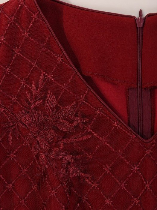 Elegancka suknia z koronkowym topem, bordowa kreacja maxi 23684