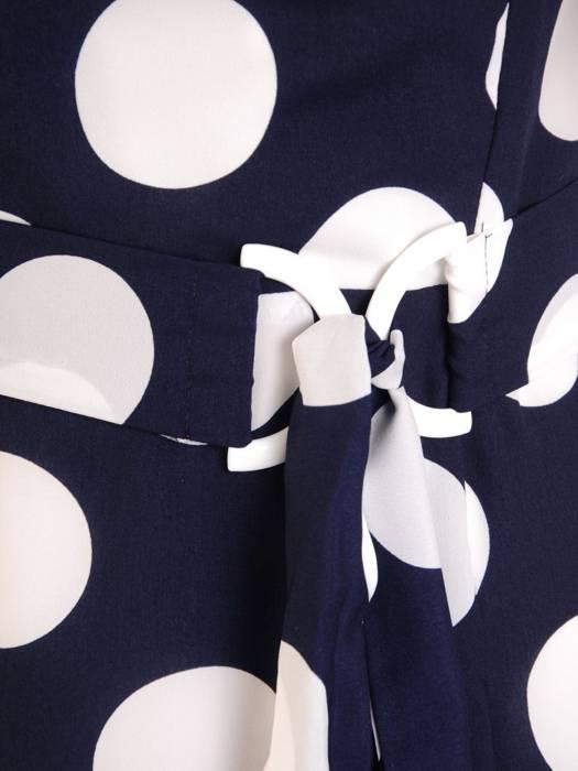 Granatowa sukienka w grochy, kreacja z kopertowym dekoltem 29396