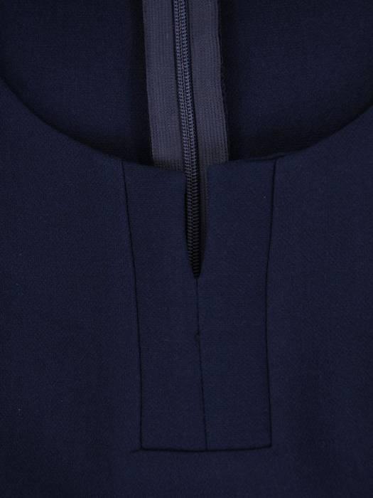Granatowa sukienka z modnym dekoltem, nowoczesna kreacja wizytowa 27216