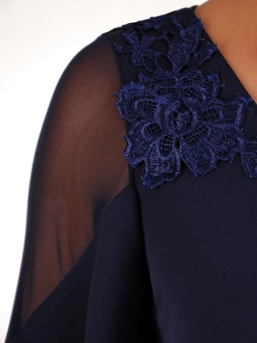 Granatowa sukienka z tiulowymi wstawkami na rękawach 21010