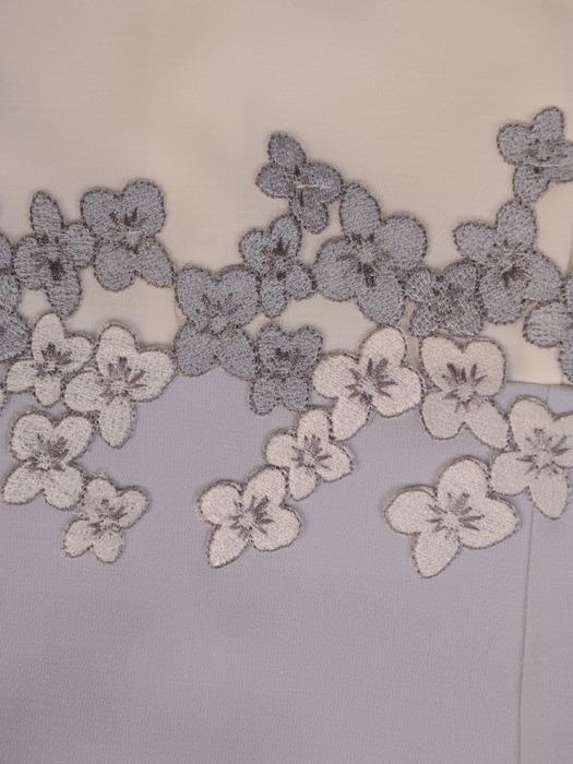 Jasna sukienka z kwiatową aplikacją, wyszczuplająca kreacja na lato 21711