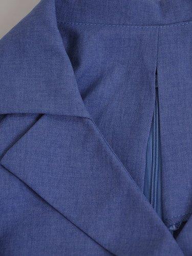 Kopertowa sukienka z lnianej tkaniny 16569, niebieska kreacja z paskiem.