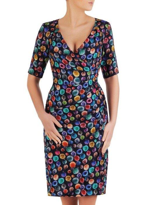 Kopertowa sukienka z ozdobnymi zakładkami, elegancka kreacja w kolorowe grochy 25491