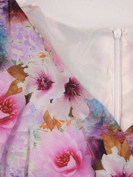 Kopertowa sukienka z wyszczuplającą baskinką Sabira, wiosenna kreacja w kwiaty.
