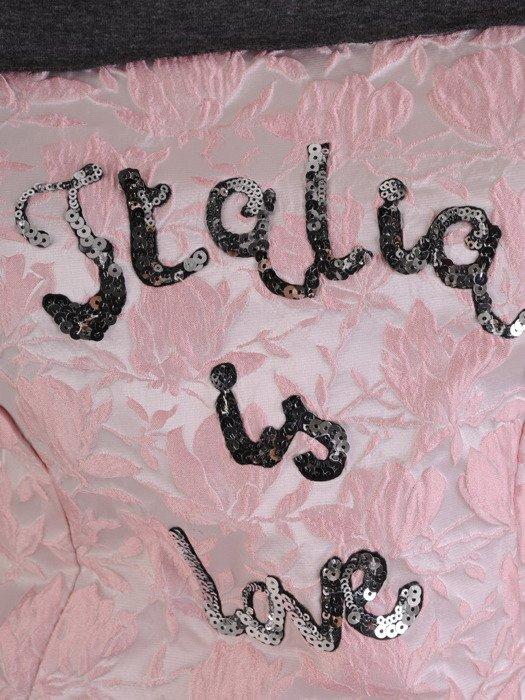 Kreszowana sukienka Melania, nowoczesna kreacja z napisem.