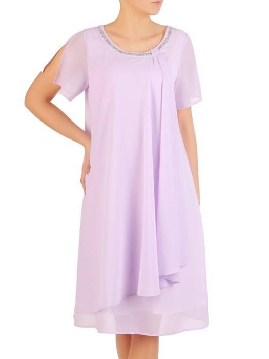 Liliowa sukienka z szyfonu, kreacja z ozdobnym dekoltem 29214