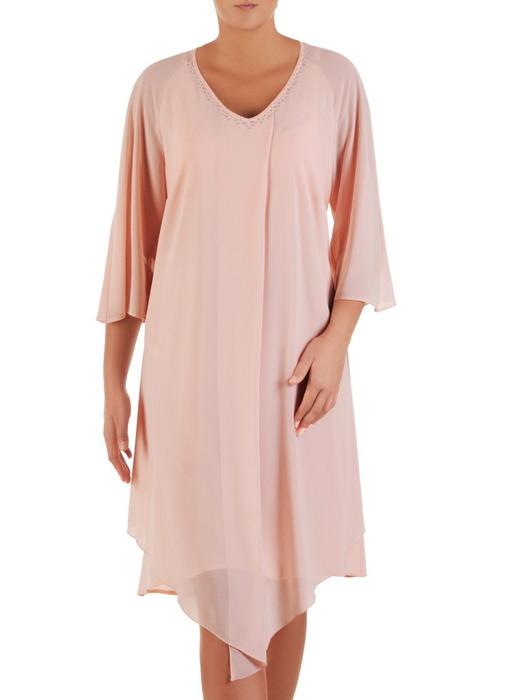 Luźna sukienka z szyfonu, pudrowa kreacja zdobiona przy dekolcie 22118.