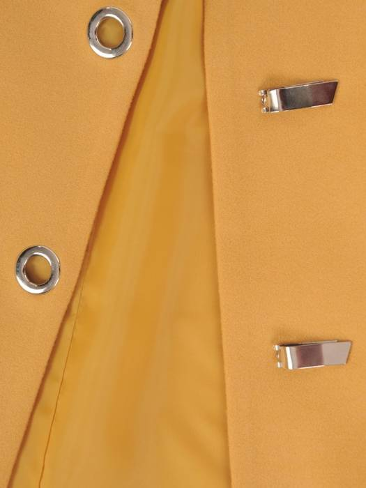 Musztardowy płaszcz damski z ozdobnym zapięciem 28533