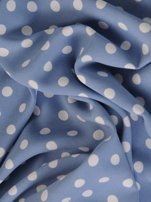Niebieska sukienka w groszki, kreacja z ozdobnie wyciętymi rękawami 29176