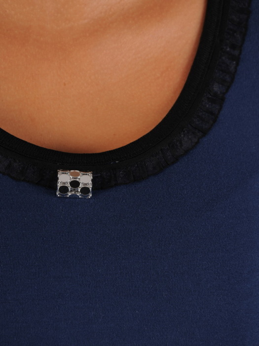 Prosta bluzka z ozdobną lamówką przy dekolcie 22048
