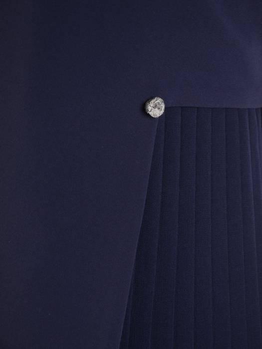 Prosta granatowa sukienka z ozdobną plisowaną wstawką 27310