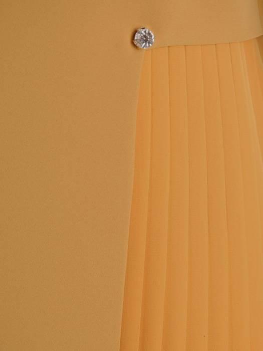 Prosta miodowa sukienka z ozdobną plisowaną wstawką 27309