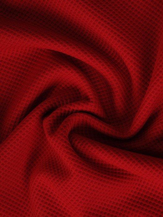 Prosta sukienka z dekoltem w serek 17926, czerwona kreacja z dzianiny.