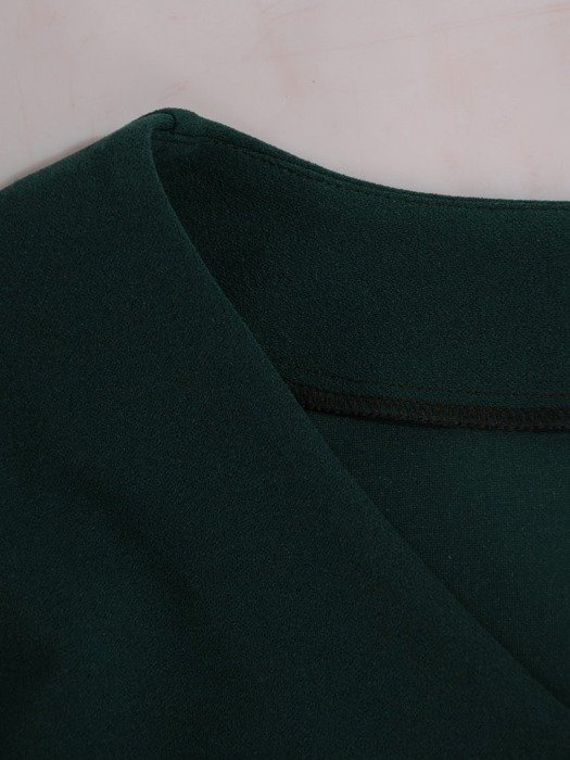 Prosta sukienka z dzianiny zdobiona połyskującymi dżetami 24277
