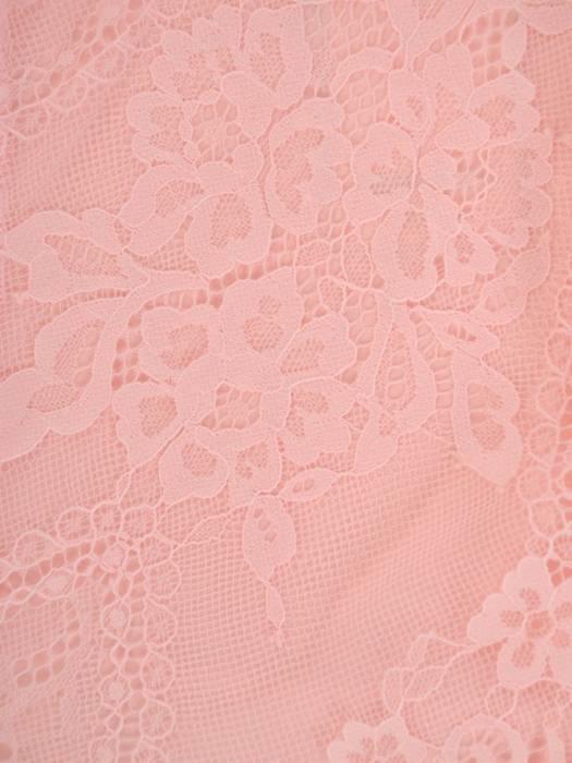 Pudrowa sukienka maksi, kreacja z ozdobnym rozcięciem 26849