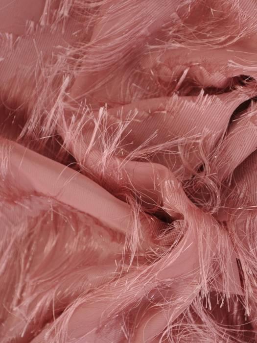 Pudrowa sukienka na wyjście z frędzlami 26827