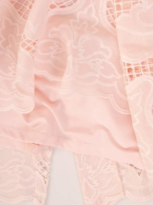 Pudrowa sukienka z koronki, modna kreacja na wesele 30040
