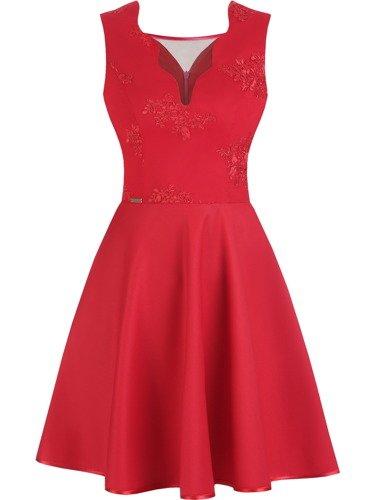 Rozkloszowana sukienka Skarlet VIII, czerwona kreacja z artystycznie wykończonym dekoltem.