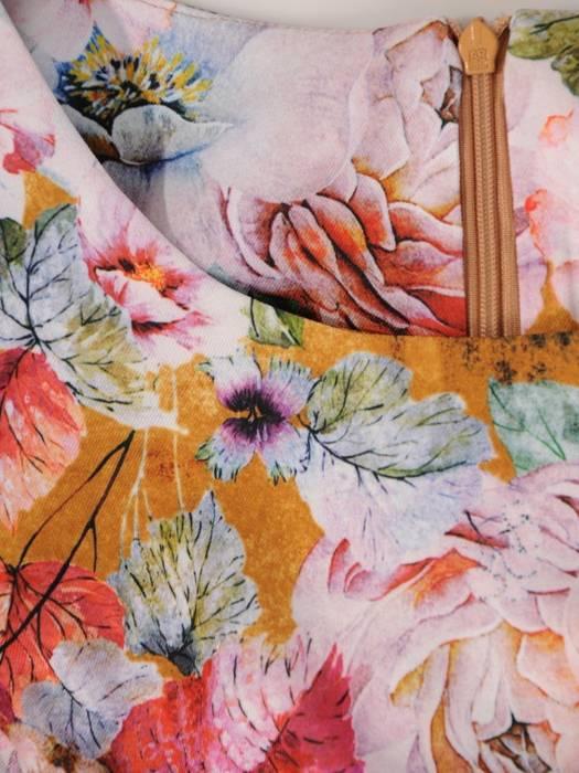 Rozkloszowana sukienka w kwiaty, kreacja z gumkami na rękawach 28089
