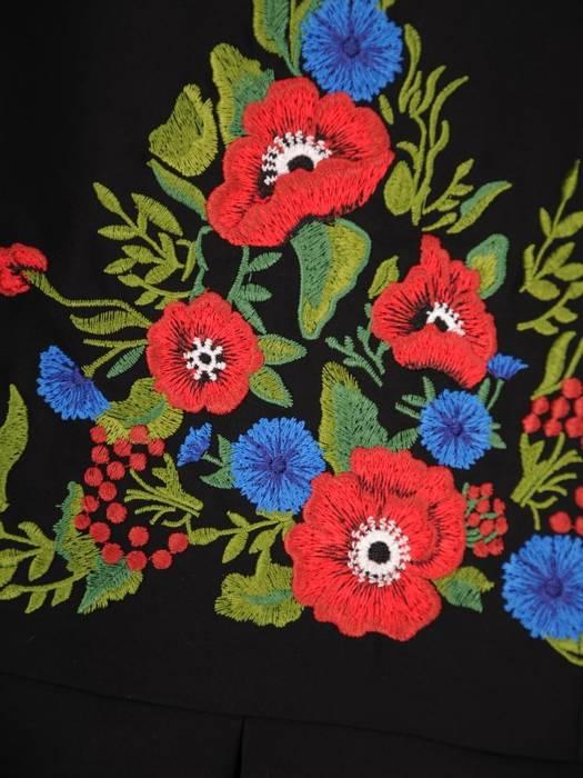 Rozkloszowana sukienka z kontrafałdami, kreacja zdobiona haftem 30364