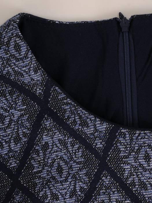 Rozkloszowana sukienka z paskiem, kreacja ze ściąganym kominem 27426