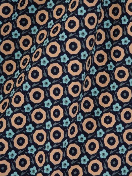 Rozkloszowana sukienka z tkaniny, kreacja z gumką w pasie i falbaną 24618