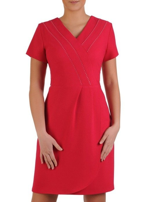 Sukienka kopertowa, malinowa kreacja z ozdobną aplikacją 25379