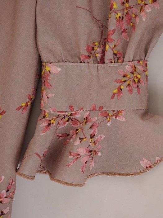 Sukienka o trapezowym kroju, kreacja z kwiatowym nadrukiem 24571