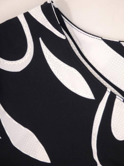 Sukienka w ciekawy wzór, prosty fason z dekoltem w serek 28913