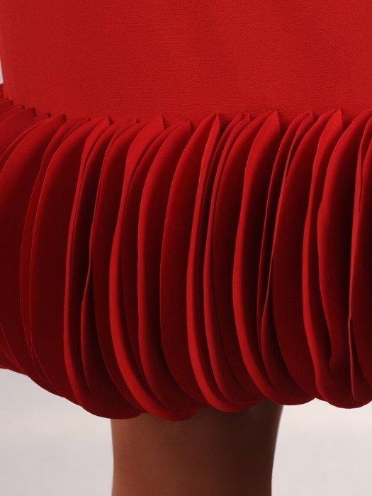 Sukienka wizytowa, czerwona kreacja z oryginalnym wykończeniem 24251