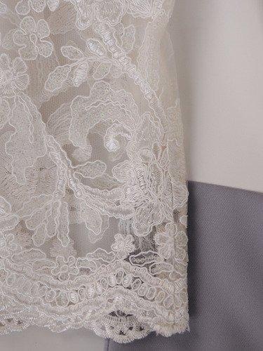 Sukienka wykończona koronką 15884, kreacja z modnym dekoltem.