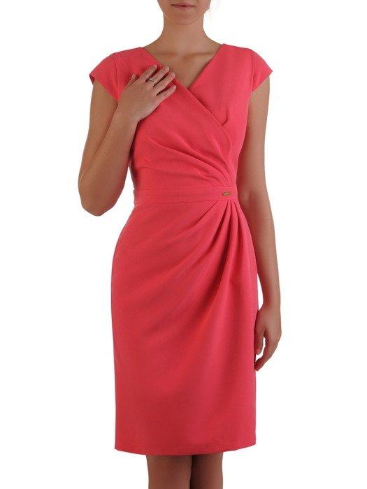 Sukienka wyszczuplająca talię Ormina VII, koralowa kreacja kopertowa.