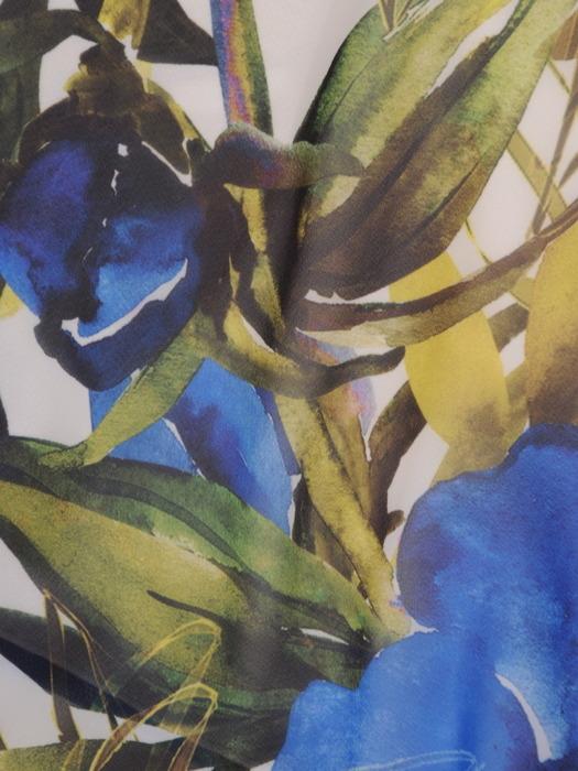 Sukienka z kopertową zakładką, rozkloszowana kreacja w kwiaty 21931