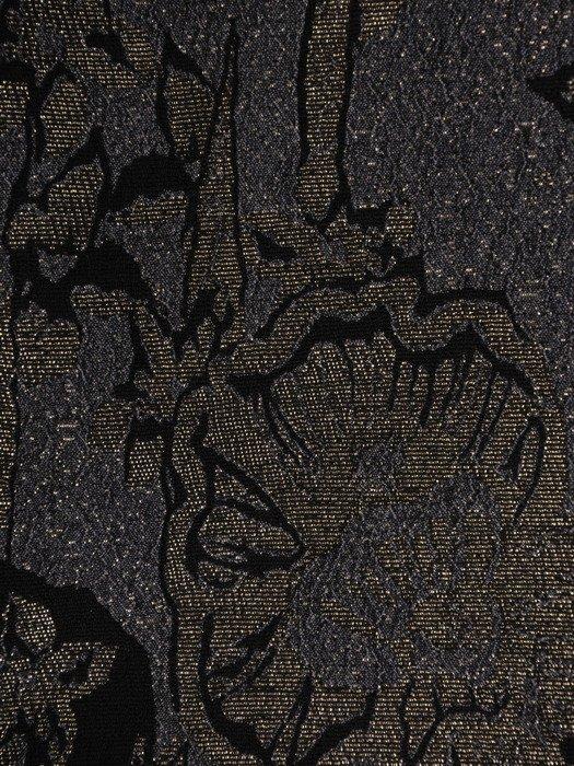 Sukienka z ozdobnie wykrojoną stójką 18384, żakardowa kreacja w kwiaty.