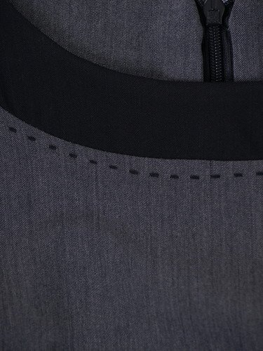 Szara sukienka z lamówkami Ksawera I, klasyczna kreacja damska.