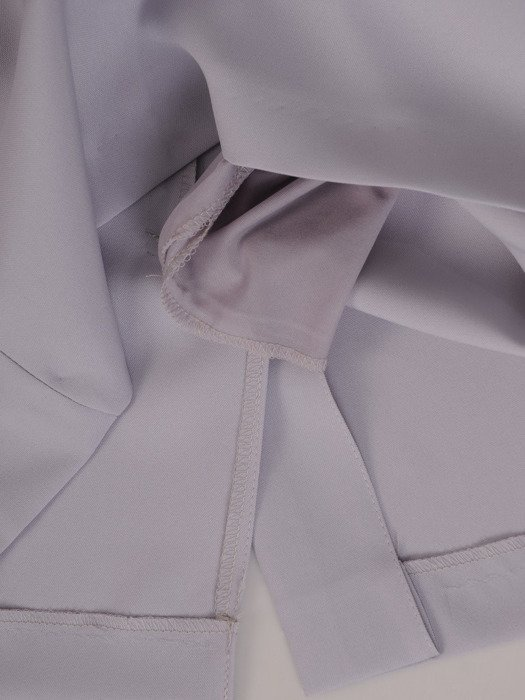 Szara sukienka z szyfonowymi, ozdobnie rozciętymi rękawami 19744
