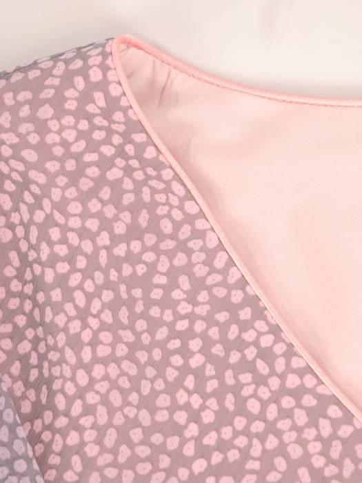 Szyfonowa, pudrowa sukienka maskująca niedoskonałości 30012