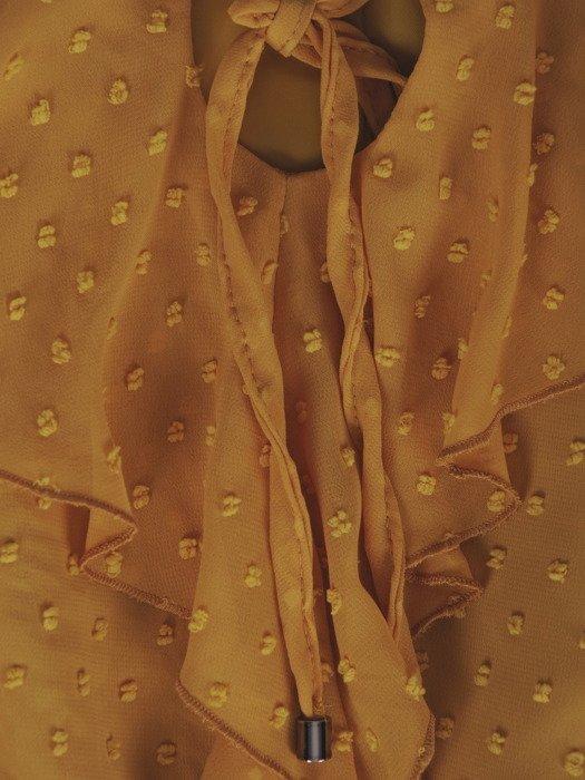 Szyfonowa sukienka z eleganckim żabotem 18582, musztardowa kreacja z falbanami.